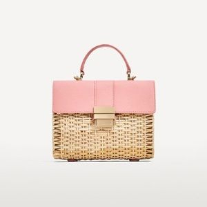 Straw woven crossbody bag with pink details